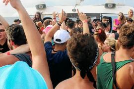 Fiesta, alcohol y decibelios a escasos metros de la orilla