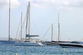 Alarma en la playa de ses Salines por un vertido de combustible de «cientos de metros cuadrados»