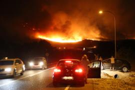 Los equipos de extinción luchan por controlar un gran incendio en Cala Torta