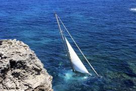 Heridos dos tripulantes de un velero que navegaba frente a Portinatx y chocó contra las rocas
