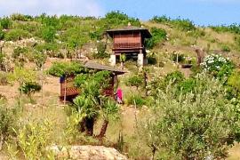 Denuncian varias casetas de madera ilegales cerca de la playa de Benirràs