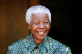 Mandela sale del hospital, pero seguirá bajo cuidados intensivos en su casa
