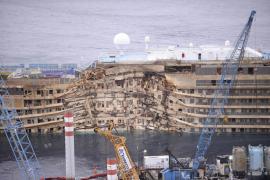"""El """"Costa Concordia"""", enderezado"""
