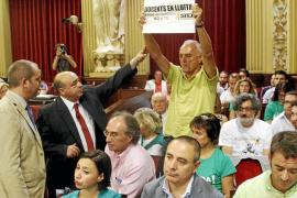 El Govern ignora otro día de huelga y  tres horas de críticas: «No retiraremos el TIL»