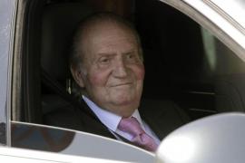 """""""Estoy muy bien, ya veis, estupendamente"""", dice el Rey al salir del hospital"""