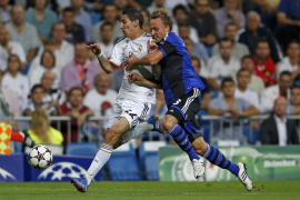 Real Madrid's Di Maria fights for the ball with FC Copenhagen's Bengtsson
