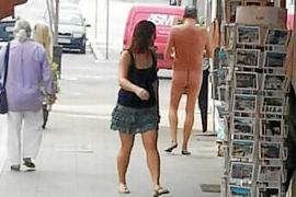 Semidesnudo a comprar tabaco y a pasear por Carrer Ample en Sant Antoni