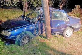 Grave un conductor que chocó contra un poste en la carretera de Sant Joan