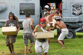 Las víctimas del tifón 'Haiyán' se abalanzan sobre los helicópteros de ayuda humanitaria