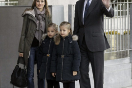 La Familia Real, sin los duques de Palma,  se reúne en torno al Rey en el hospital