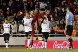 Tres goles del jugador del Valencia Jonas doblegan a un Osasuna en inferioridad