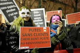 Francia aprueba multar con 1.500 euros a los clientes de la prostitución