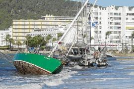 El fuerte viento deja un paisaje de barcos varados y árboles y vallas arrancados