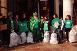 La Assemblea de Docents entrega su regalo de Reyes a Camps