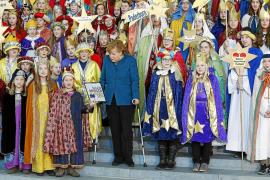 Merkel reaparece con muletas en la recepción de los Reyes Magos