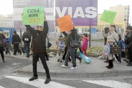 Padres y alumnos de Sa Bodega  protestan ante el nuevo centro por el retraso
