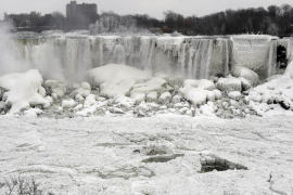 El temporal de frío que azota EEUU y Canadá congela las cataratas del Niágara