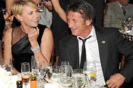 Sean Penn y Charlize Theron ya no esconden su amor