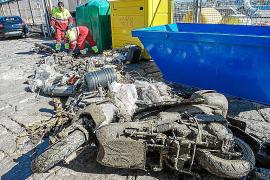 Cerca de 40 buzos de Mallorca y Eivissa sacaron del fondo de la bahía de Portmany 500 kilos de basura
