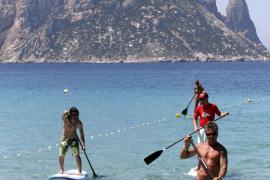 Cala d'Hort se vuelca con el surf