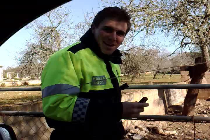 Un vídeo destapa cómo un policía local rociaba spray a una piara de cerdos