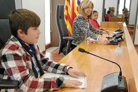 Políticos de 10 y 11 años concienciados con los derechos universales de los niños