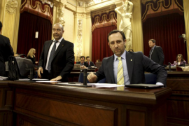 La oposición acusa al PP de «meter en un lío» a las empresas que utilicen su tarjeta