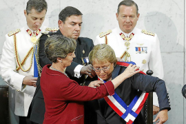 Bachelet asume la presidencia de Chile con promesas de cambio