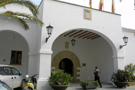 Vila controlará la entrada y salida de sus funcionarios por telefonía móvil