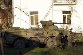 Los blindados rusos irrumpen en la base aérea de Belbek