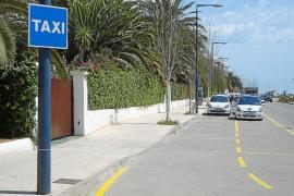 Guerra abierta entre los taxistas de Vila por las 120 licencias estacionales