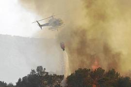 Un grave incendio forestal en es Cubells obliga al desalojo de cien personas