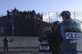 Una treintena de inmigrantes vuelven a intentar un asalto a la valla de Melilla