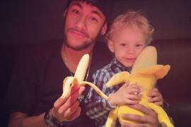 Neymar se come un plátano por Alves y tilda de racista la acción en Villarreal