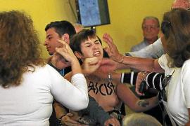 Dos chicas irrumpen con el pecho descubierto en un mitin de Esperanza Aguirre