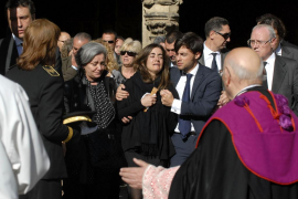 Cerca de 5.000 leoneses pasan por la capilla ardiente  para despedir a Isabel Carrasco