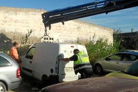 Vila retira 15 vehículos abandonados en es Pratet