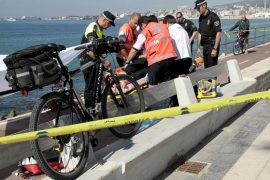 Rescatan a un hombre en la playa de Can Pere Antoni