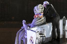 Ramos cumple con la tradición de poner la bufanda madridista a Cibeles