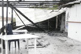 Un incendio intencionado destruye la terraza del restaurante Sol de Cala Saona