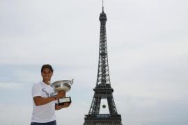 Nadal vuelve a la Torre Eiffel con la Copa de los Mosqueteros