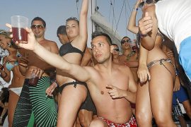 Formentera reitera ante Costas su oposición a los 'party boats' en el litoral