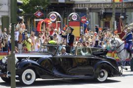 Miles de ciudadanos han aclamado el paso del cortejo real por las calles de Madrid