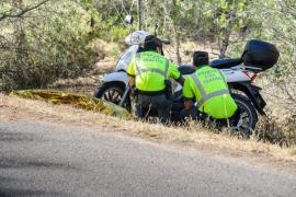 Un hombre fallecido y una mujer herida al salirse de la carretera con su moto