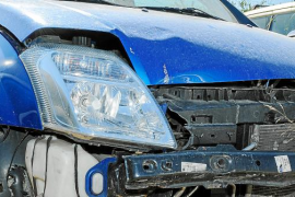 Tráfico da con la conductora que arrolló a una moto y huyó pero se dejó la matrícula en el asfalto