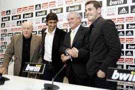 Firma de ambos jugadores de un contrato que les une al Real Madrid de por vida.