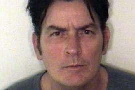Posponen la sentencia a Charlie Sheen