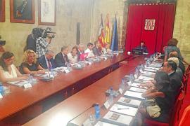 Las Pitiüses exigen a Madrid una tarifa máxima en el transporte aéreo y marítimo