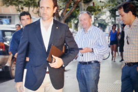 Bauzá asiste personalmente a la reunión del PP de Eivissa para hacer frente a la crisis de Vila