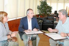 El Consell y Sant Antoni firman sendos convenios con Cáritas